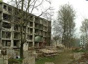 逃离破旧大楼废墟