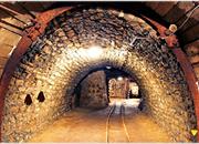 逃离地下采矿隧道