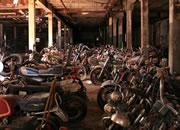 逃离废弃摩托车墓地
